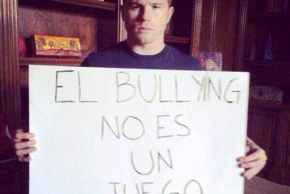 """Con letreros que dicen """"El bullying no es un juego"""", incluso e..."""