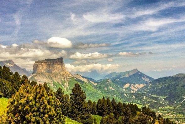 El hermoso Mont Aiguille es casi de 7,000 pies cuadrados de alto y ofrec...