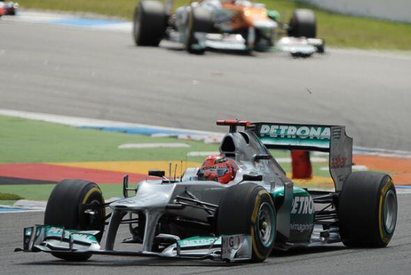 Otro de los pilotos locales fue Michael Schumacher (Mercedes), quien se...