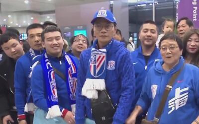 Carlos Tevez arribó a China y fue recibido por un tsunami humano