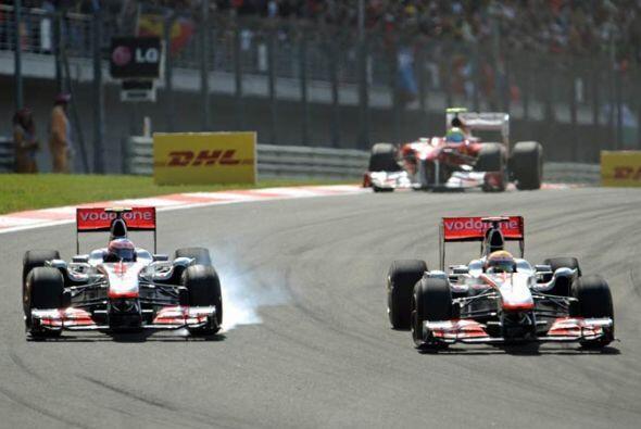 Lewis Hamilton y Jenson Button intentaron ayudarse con los dos McLaren-M...