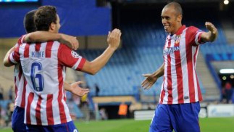 El brasileño Miranda marcó de cabeza el primer gol de los 'Colchoneros'...