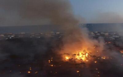 Las impresionantes imágenes a vista de pájaro del incendio en una isla d...