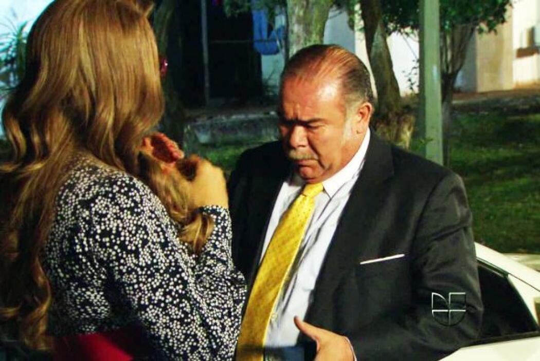 """""""Adriano"""" está encantado con esa mujerona."""