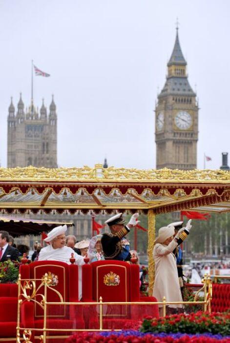 10 MIL FLORES- Fueron los que adornaron la Barcaza Real en la cual se tr...