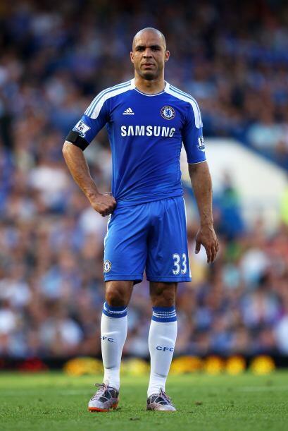 Chelsea aceptó la solicitud de salida del defensa brasileño Alex, despué...
