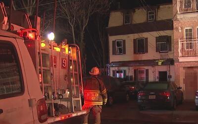 Dos bomberos resultaron lesionados mientras combatían un fuerte incendio...