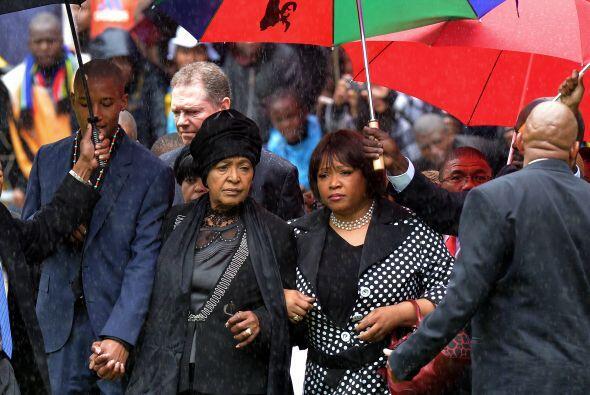 Zozuko Dlamini Mandela, nieto del expresidente; Winnie Madikizela segund...