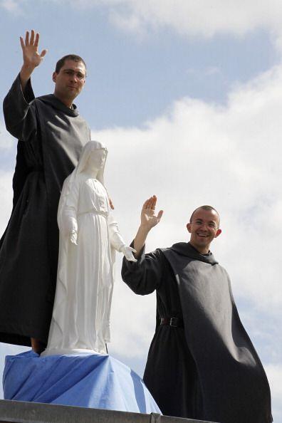 Hasta los monjes salieron a las calles para apoyar a los ciclistas en es...