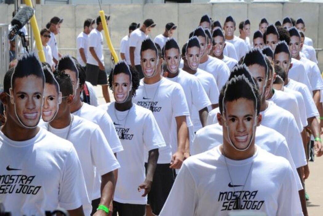 """Fue entonces cuando decenas de """"Neymares"""" aparecieron con camisetas blan..."""