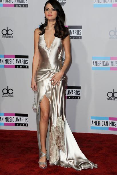 Una vez más la vimos con un vestido metálico en los AMA del año pasado y...