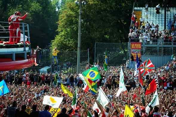 Alonso y Massa celeraron con los aficionados italianos la 18va. victoria...