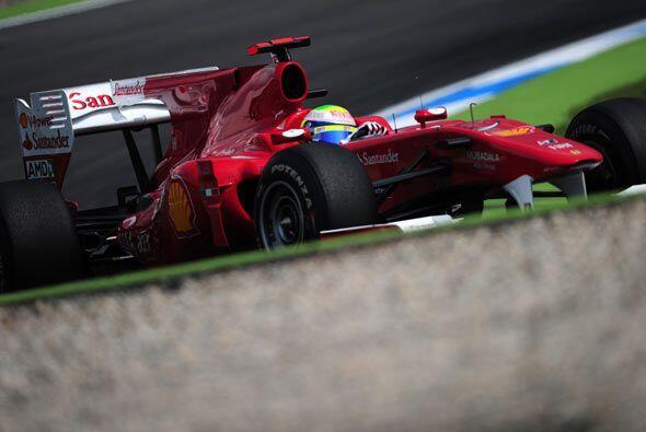 Alonso dio una última vuelta para celebrar su victoria en el circ...