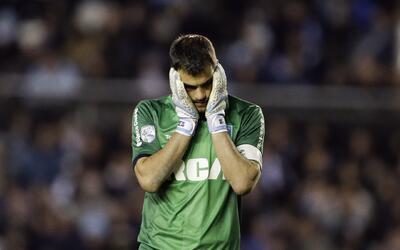 Sebastián Saja, arquero de Racing de Argentina, se lamenta luego...