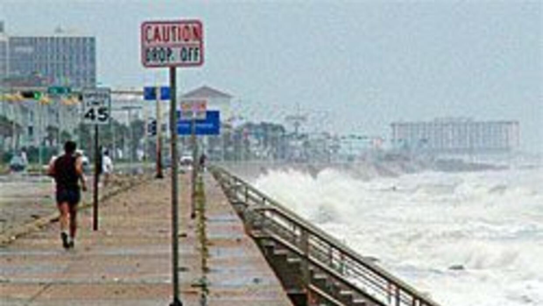 Playas texanas serán restauradas un años después del paso del huracán Ik...