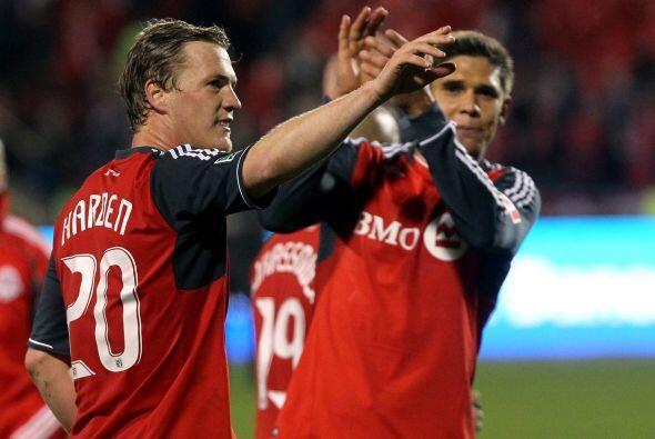 Jugadores del equipo canadiense se abrazaron al final del partido, el em...