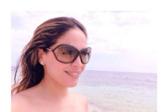 La que anda en el punto cardinal opuesto es Karla Martínez, disfrutando...