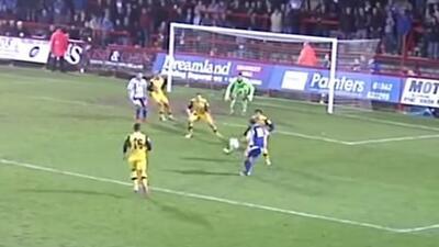 El jugador de Worcester City, anotó de rabona e hizpo recordar el gol de...