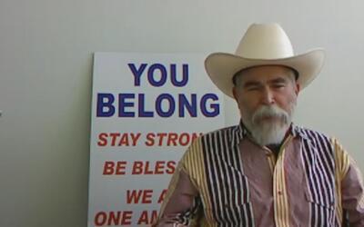 El poderoso mensaje a las minorías del hombre que posó con un cartel de...