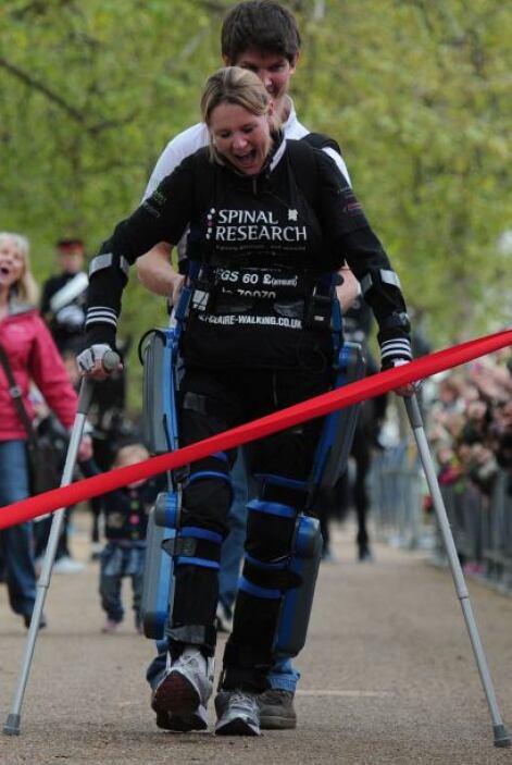 Una mujer británica con las piernas paralizadas se convirtió en Londres...