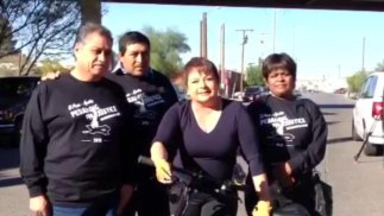 María Antonieta Collins sigue al hombre que pedalea por asilo