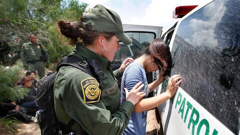 Una agente de la Patrulla Fronteriza detiene a un menor de edad en un se...