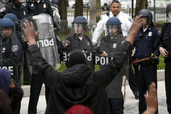 Los manifestantes marcharon por la ciudad hasta la comisaría de policía...
