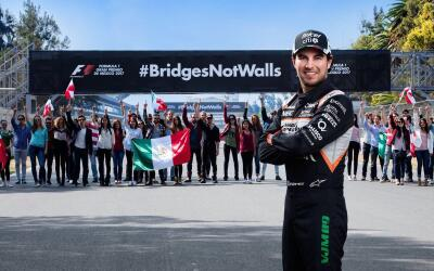 Sergio Pérez promueve la campaña #BridgesNotWalls.