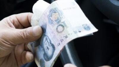 Un hombre cuenta sus yuanes.