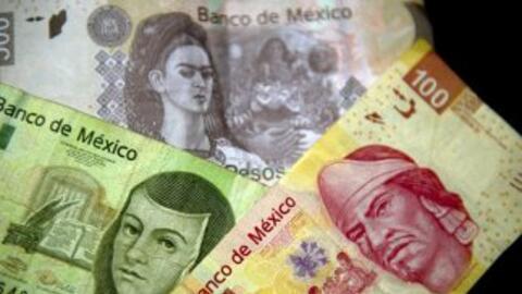 El peso mexicano vale menos con respecto al dólar.