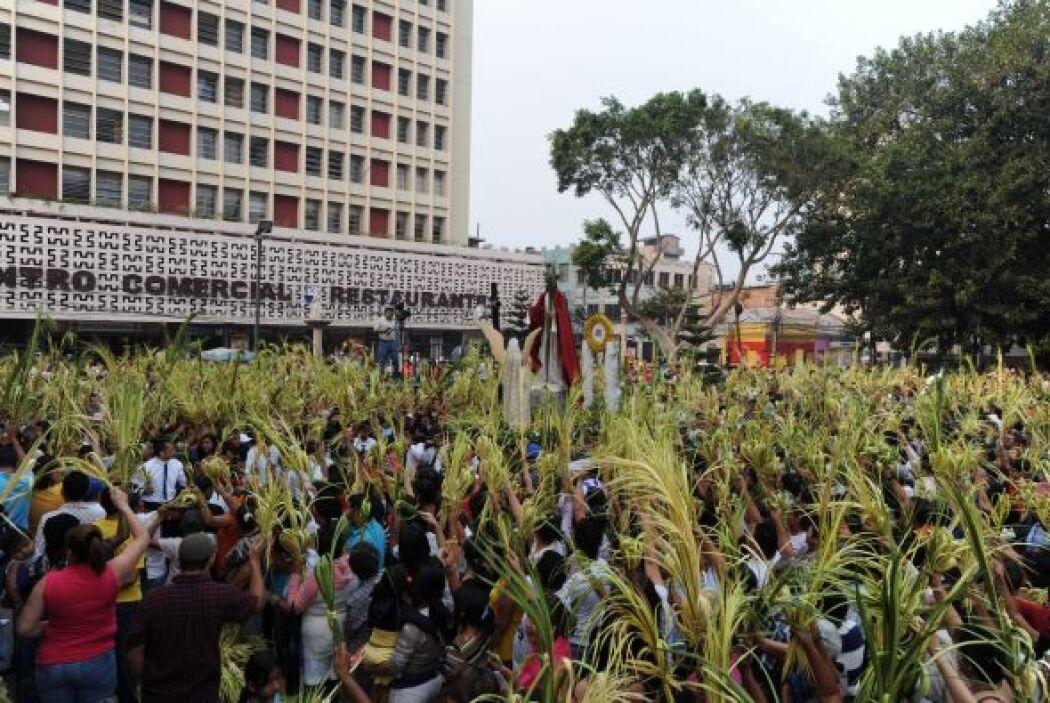 En Tegucigalpa, Honduras, decenas de fieles participaron en la procesión...