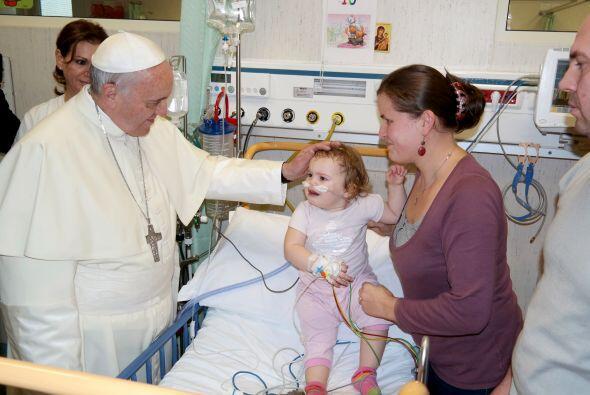 Francisco pasó tres horas del sábado visitando a los pacientes del hospi...
