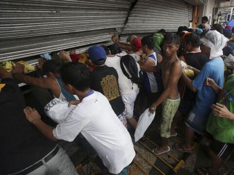 Dos días después del paso del tifón Haiyan por Fili...