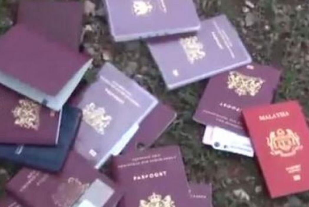 Entre los pasaportes esparcidos en el lugar había de holandeses, alemane...