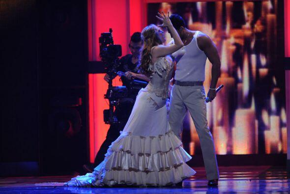 Se puso tan sexy que ni su bailarina se resitió ante sus brazos.