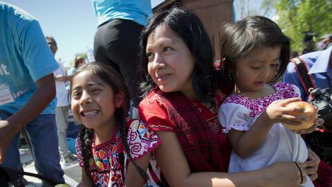 Sophie Cruz, de 6 años, y su hermana Sahara, de 2, asistieron el...