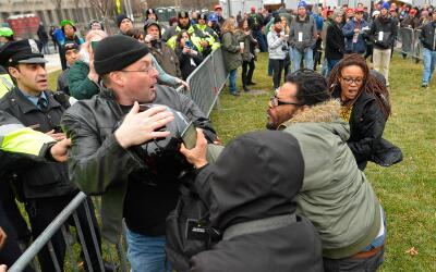 Manifestantes en contra de Donald Trumo bloquean el paso a un ciudadano...