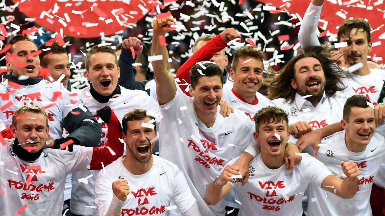 Lewandowski vuela y clasifica a Polonia