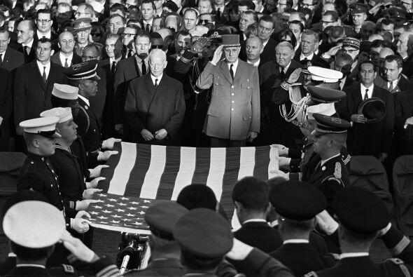 Su conclusión, la de que Oswald actuó solo para matar a Kennedy, fue ace...