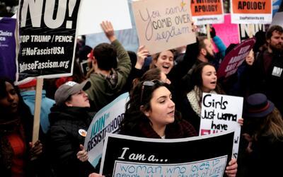 Bajo el lema 'Sí a la vida', miles de personas marchan en Washington con...