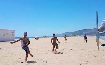 Ronaldinho recordó sus picardías en Barcelona jugando futbol tenis en la...