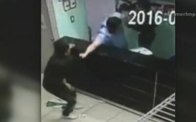Un hombre lucha contra dos delincuentes para evitar un robo