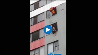 Bombero da patada 'ninja' a mujer suicida y la salva de caer de edificio