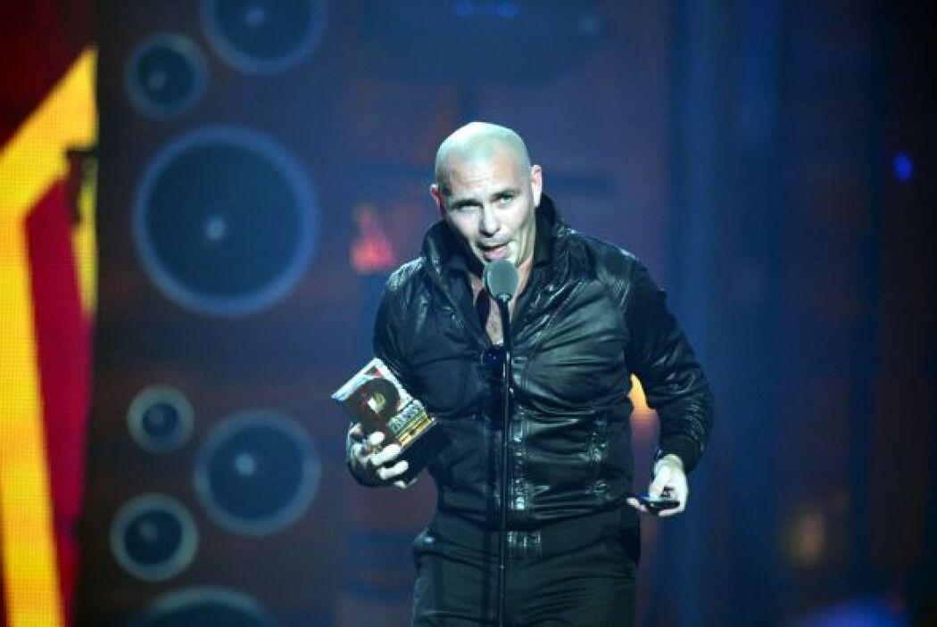 El gran Pitbull le siguió dando gracias a toda su familia mientras leía...