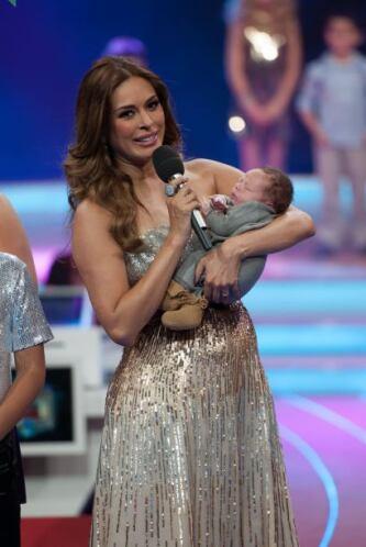 Con una enorme felicidad y orgullo presentó a su bebé  recién nacido, Ma...