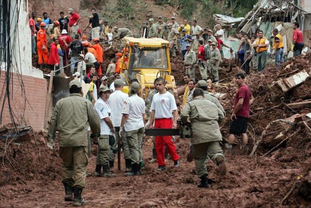 Para los trabajos de rescate se usa maquinaria pesada. Diferentes cuerpo...