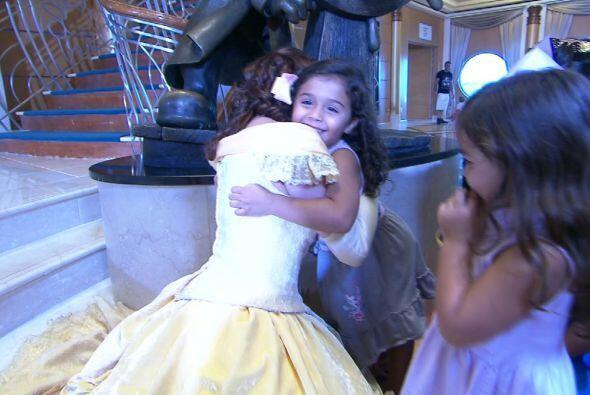 Las hijas de Bárbara conocieron a su princesa favortita, Belle.