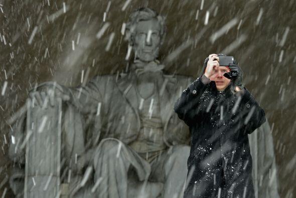 Las fuertes nevadas no desanimaron a los visitantes del Lincoln Memorial...