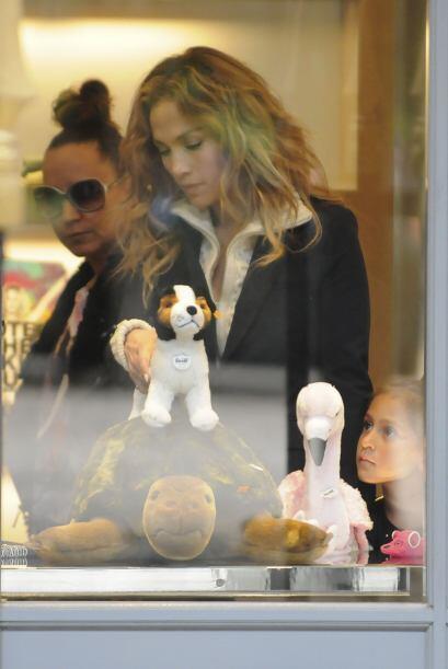 Emme parece estar antojada de un juguetito y mami siempre está pa...