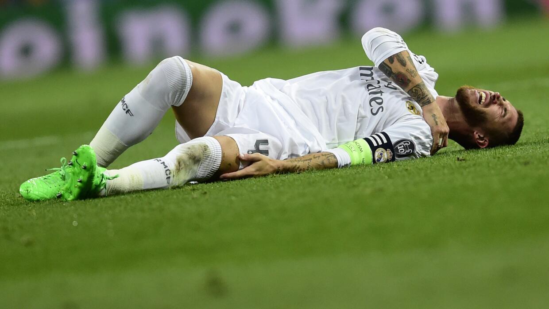 Sergio Ramos se duele tras su caída en el choque ante Shakhtar.